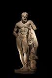 Een standbeeld van krachtige die Hercules, close-up, in zwarte wordt geïsoleerd Stock Fotografie