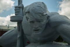 Een standbeeld van een militair die over water kruipen brest stock afbeeldingen