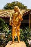 Een standbeeld van wandelingsmonnik het dragen Stock Foto's