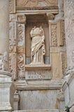 Een standbeeld zonder hoofd versiert de voorzijde van de gevierde bibliotheek in Ephesus Stock Foto's
