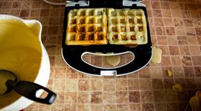 Een stapel Belgische wafels op een wafeltje stock foto
