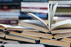 Een stapel boeken met kleurrijke dekking De bibliotheek of de boekhandel Boeken of handboeken Onderwijs en lezing Stock Afbeeldingen