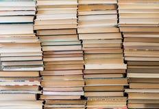 Een stapel boeken met kleurrijke dekking De bibliotheek of de boekhandel Boeken of handboeken Onderwijs en lezing stock afbeelding