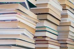 Een stapel boeken met kleurrijke dekking De bibliotheek of de boekhandel Boeken of handboeken Onderwijs en lezing stock fotografie