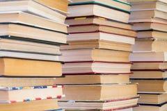 Een stapel boeken met kleurrijke dekking De bibliotheek of de boekhandel Boeken of handboeken Onderwijs en lezing stock foto