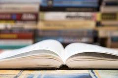 Een stapel boeken met kleurrijke dekking De bibliotheek of de boekhandel Boeken of handboeken Onderwijs en lezing royalty-vrije stock fotografie