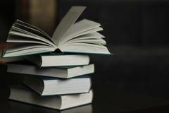 Een stapel boeken op de lijst stock afbeelding