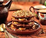 De Pannekoeken van de chocolade met Bananen en de Saus van de Karamel Stock Afbeeldingen