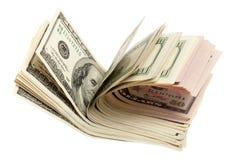 Een stapel uit gewaaide dollarrekeningen Stock Afbeeldingen
