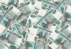 Een stapel duizend-roebel bankbiljetten spreidde uit geld uit Russische munt op een witte achtergrond royalty-vrije stock afbeeldingen