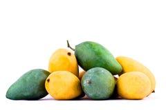 Een stapel gele rijpe mango en verse groene mango op wit achtergrond gezond geïsoleerd fruitvoedsel Stock Fotografie