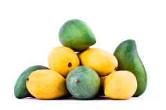 Een stapel gele rijpe mango en verse groene mango op wit achtergrond gezond geïsoleerd fruitvoedsel Stock Foto's