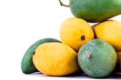 Een stapel gele rijpe mango en verse groene mango op wit achtergrond gezond geïsoleerd fruitvoedsel Royalty-vrije Stock Foto's