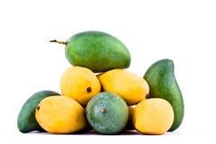 Een stapel gele rijpe mango en verse groene mango op wit achtergrond gezond geïsoleerd fruitvoedsel Stock Afbeelding