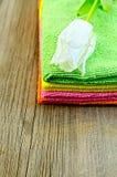 De stapel van handdoeken met witte tulpen Stock Afbeelding