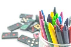 Een stapel kleurrijke kleurpotloden Stock Afbeeldingen