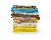 Een stapel kleurrijke kussenslopen over een witte achtergrond royalty-vrije stock afbeelding