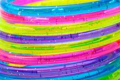 Een stapel kleurrijke plastic armbanden Stock Foto's