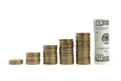 Een stapel muntstukken en bundels van dollars Royalty-vrije Stock Afbeelding