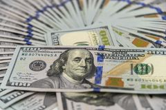 Een stapel ons 100 dollarscontant geld Royalty-vrije Stock Foto's