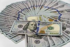 Een stapel ons 100 dollarscontant geld Royalty-vrije Stock Afbeeldingen