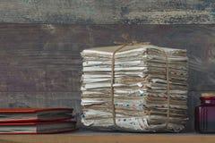 Een stapel oude brieven en fotoalbums stock afbeeldingen