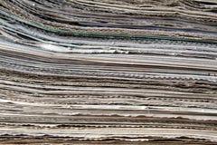 Een stapel oude kranten ligt op een lijst royalty-vrije stock afbeeldingen