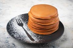 Een stapel pannekoeken op een plaat, ontbijt stock foto
