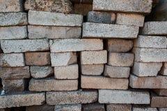 Een stapel van bakstenen Pakhuisbouwmaterialen Fragment van bakstenen als bouwmaterialen worden gebruikt dat stock fotografie