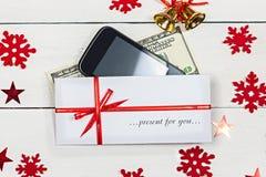 Een stapel van bankbiljetten, een smartphone en een envelop met insc royalty-vrije stock afbeelding