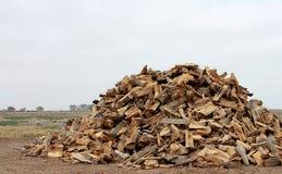 Een stapel van brandhout alvorens wordt gestapeld stock afbeeldingen