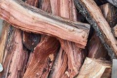 Een stapel van brandhout in een chaotische orde klaar gebrand gezicht te zijn royalty-vrije stock foto