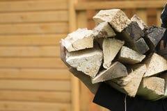 Een stapel van brandhout in handen Stock Afbeeldingen