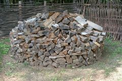 Een stapel van brandhout voor de open haard Voorbereiding van brandhout voor de winter stock afbeeldingen