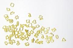 Een stapel van brieven en vormen in de vorm van deegwaren, deegwaren op een lichte achtergrond, ruimte voor tekst royalty-vrije stock fotografie