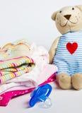 Een stapel van de kleding van kinderen, speelgoed, fopspeen Royalty-vrije Stock Afbeelding