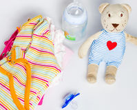Een stapel van de kleding van kinderen, speelgoed, fopspeen op een witte backgr Stock Fotografie