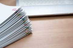 Een stapel van documenten stock afbeeldingen