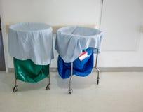 Een stapel van gebruikte kleren en besmettelijke substanties in het ziekenhuis mov stock afbeelding