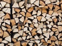 Een stapel van gehakt die brandhout bovenop elkaar wordt gestapeld Royalty-vrije Stock Afbeeldingen