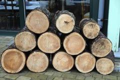 Een stapel van gekruid brandhout royalty-vrije stock afbeelding