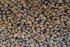 Een stapel van gestapeld brandhout royalty-vrije stock afbeelding