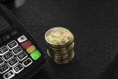 Een stapel van gouden Monero-Crypto muntmuntstukken en POS terminal Moneros Cryptocurrency Elektronische handel, zaken, financiën royalty-vrije stock foto
