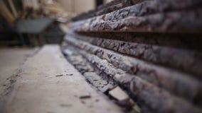 Een stapel van het scherpen van geen houten raad stock footage