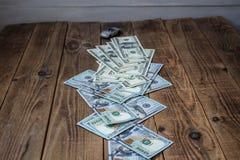 Een stapel van honderd dollarsrekeningen op houten achtergrond Royalty-vrije Stock Foto's