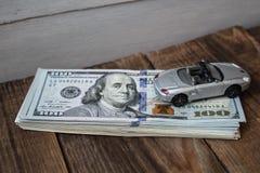 Een stapel van honderd dollarsrekeningen op houten achtergrond Stock Foto