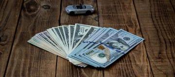 Een stapel van honderd dollarsrekeningen op houten achtergrond Stock Foto's