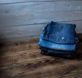 Een stapel van jeans Stock Afbeelding