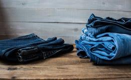 Een stapel van jeans Stock Foto