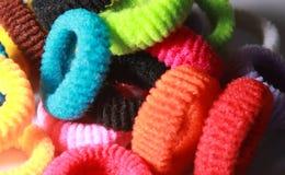 Een stapel van kleurrijke elastische haarbanden met zijverlichting Royalty-vrije Stock Foto